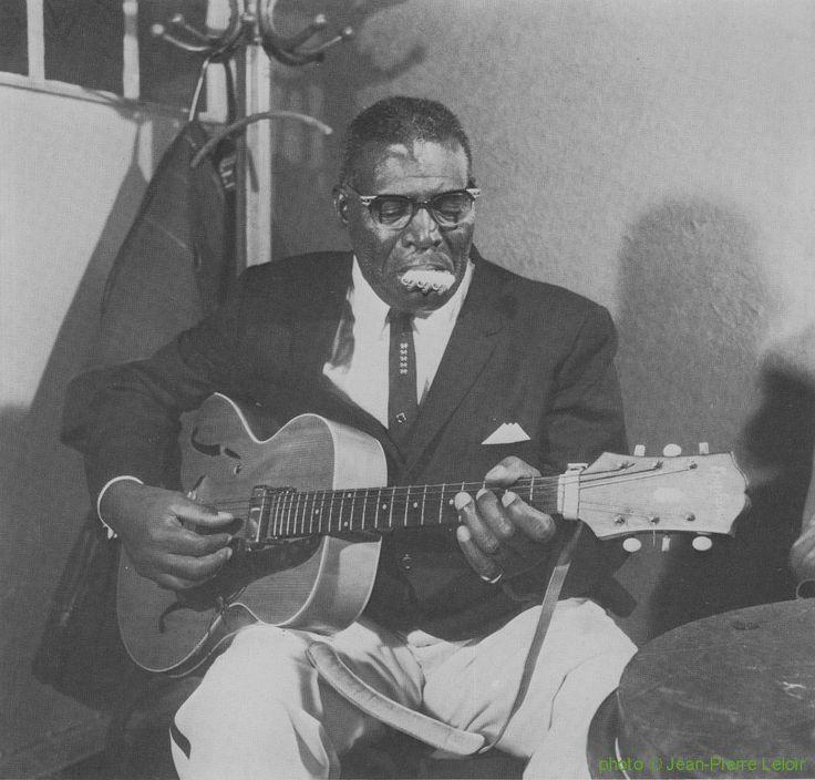 Howlin' Wolf at American Folk Blues Festival 1964; source: Gérard Herzhaft:  Nouvelle