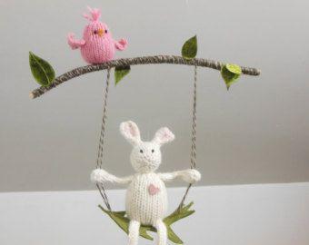 Questi coniglietti salto porterà gioia alla vostra scuola materna del bambino. Sferruzzo questi coniglietti da filato di lana morbido. Sono pieni di lana ecologica bianca naturale. Coniglietti di appendere su dettagli di faggio albero mezzo cerchio (10 di diametro). È possibile ordinare i coniglietti in altro colore.  lunghezza dei coniglietti è ~ 2 1/2 in  Lascio una stringa lunga nella parte superiore del mobile per appesi al soffitto. Gancio speciale è incluso. Se volete appendere mob...