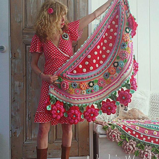 Meestal maak ik een bijpassende stola voor bij een jurk, maar dit keer zocht ik een bijpassende jurk voor bij mijn stola, en ik vond deze mooie bij @talulabelleopinsta 🌹🌹🌹 #happyweekend #fijnezaterdag #happyday #spanishstyle #spanishlove #uncinetto #talulabelle #instacrochet #adindasworld #gehaakteomslagdoek #happydress