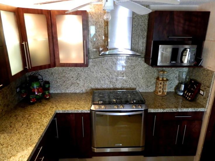 Cocina fabricada en okume con cubierta en granito santa for Granito santa cecilia