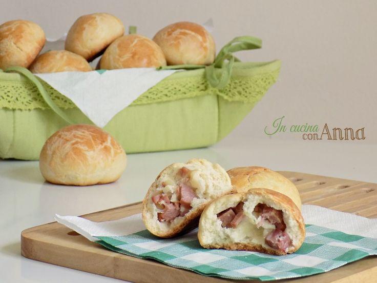 Questi panini ripieni sono di una sofficità e bontà unica,perfetti per le vostre feste o buffet,conquisteranno tutti dal primo assaggio...