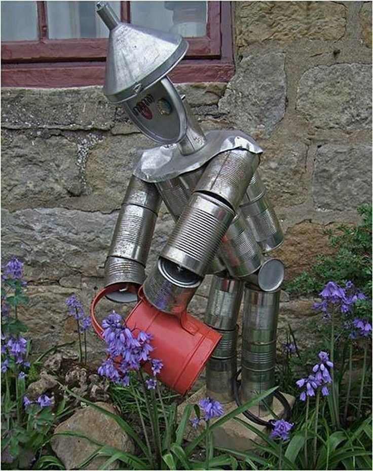 A Gardening Robo(tin)man. Reminds me off The Wizard of Ozz! Made from, normally trown away, tin/ aluminium (food)cans ..and other treasured trashy things. I love this man! ;-)