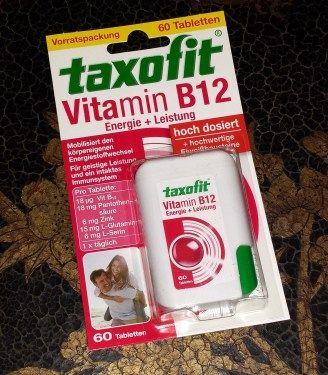 taxofit Vitamin B12 Energie + Leistung aus der DocMorris Glücksbox Winter. taxofit Vitamin B12 Energie + Leistung: In diesem Produkt enthalten sind hochdosiertes Vitamin B12, Eiweißbausteine, Panto...