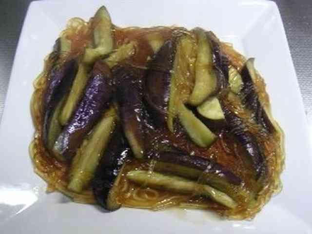 冷製で美味しい茄子と葛切りの中華風うま煮  茄子と葛切りと中華風に炒め煮にして、熱々でも美味しいですが、暑い時期には冷蔵庫で冷たく冷やしても美味しく頂きます。 材料 (4人分) 茄子 3本 乾燥葛切り1袋 約100g 生姜細切り 少々 鶏がらスープの素(顆粒) 大匙1杯 酒 大匙1杯 醤油 大匙1杯 塩コショウ 少々 ごま油 小匙1杯 水溶き片栗粉 片栗粉大匙1+水大匙2 水 200cc 作り方 1 茄子はよく洗い、食べやすい大きさに切る。葛切りはハサミなどで5㎝位に切る。 2 熱したフライパンに油を引き、強火で生姜と茄子を炒め、火が通ったら葛きりを入れる。 3 水を入れ、沸騰したら鶏がらスープの素、酒を入れ一煮立ちしたら、醤油を入れる。 4 仕上げに塩コショウで味を調整したら、水溶き片栗粉でとろみをつけ、ごま油を振る。 5 熱いうちに食べる時はそのままで皿に盛り、冷たく食べる時は、冷ましてから器に盛り、ラップをしてから冷蔵庫で冷やしてください コツ・ポイント 葛きりがなければ、春雨、マロニー、白滝などで代用できます。糸こんにゃくを使うもの面白いです。…