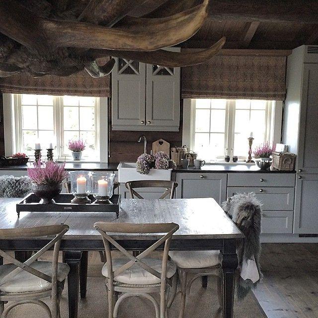 Høststemning på hytta:) vi nyter stillheten... God helg, kjære følgere:) #hytte #hyttetun #hafjell #tømmerhytte #landlig #levvakkert #levlandlig #laft #laftehytte #hytteinterior#hytteinteriør #hytteinspirasjon #kjøkken #hyttekjøkken #kitchen #cabin #cottage #vakrehjemoginteriør #vhihytte #interiørmagasinet #interior #interiør #interior4you1 #passion4interior #karismainterior