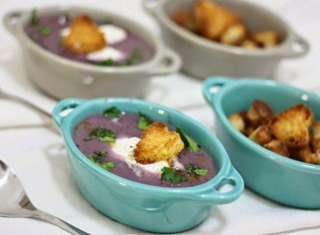 Vellutata di cavolo cappuccio viola con quenelle di ricotta, pecorino romano e pane croccante