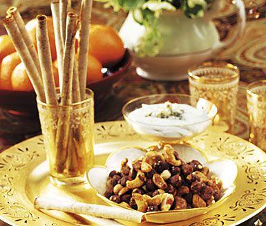 Chilinötter med honung är ett charmerande tilltugg med kryddiga inslag. Rosta hasselnötter, sötmandel och cashewnötter i ugnen med råsocker, sambal oelek, salt, vatten och honung. Servera de smarriga nötterna och försök hålla fingrarna borta!