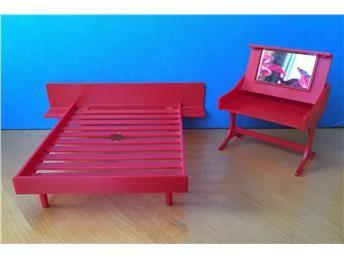 Brio röd panelsäng och sminkbord 70-tal lundbyskalan dockskåp  på