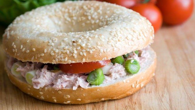 Bagel met zelfgemaakte tonijnsalade, cornichons en rode ui - recept | 24Kitchen