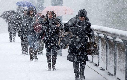 Romania este paralizata de zapada si viscol, insa furia alba nu a luat sfarsit. Meteorologii au emis o avertizare Cod Portocaliu si Cod Galben de ninsori si viscol, valabila pana joi la ora 10:00 in m