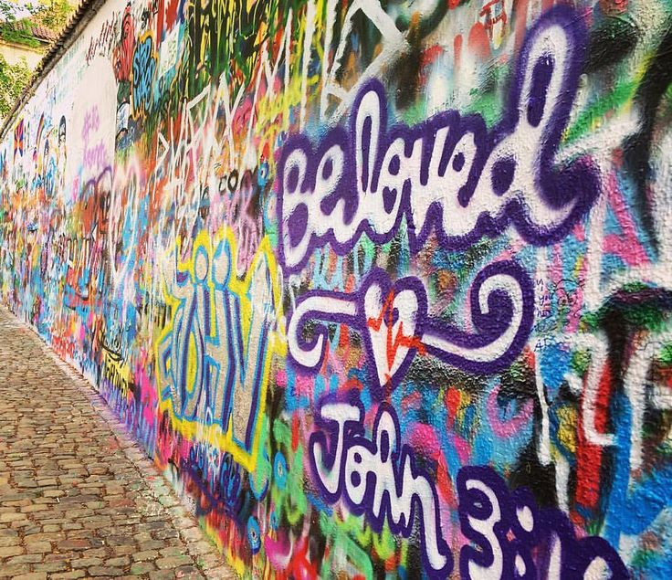 John Lennon Wall in #prague  as a symbol of freedom and fighting against the communism.  • Стена Джона Леннона в Праге - с 70х годов является местом встречи поклонников музыканта и участников движений за свободу и против коммунистического движения.  #lenn