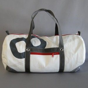 sac-polochon-cuir-en-voile-recyclee http://www.lestoilesdularge.com/