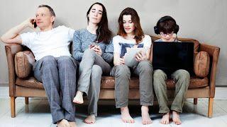 orang tua dan anak, parenting di tengah gempuran teknologi tablet, smartphone, dan internet