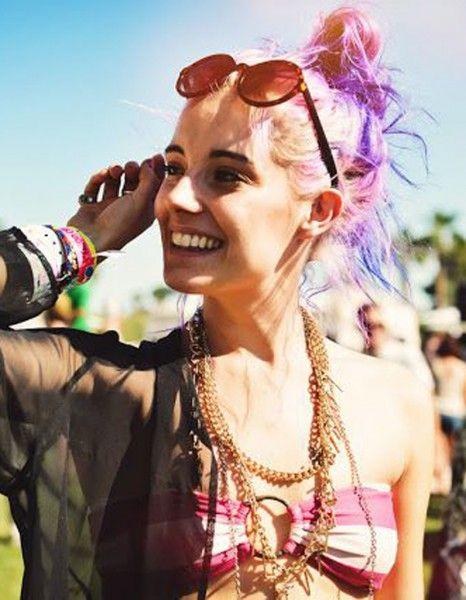 A en croire les chiffres de vente des colorations multicolores, le rainbow hair n'est pas seulement l'apanage des célébrités comme Rihanna, Nicole Richie ou Katy Perry. Les filles stylées du monde entier ont adopté les mèches de couleur et nous montrent comment les porter sans tomber dans la vulgarité. http://www.elle.fr/Beaute/Cheveux/Tendances/Comment-les-filles-stylees-portent-le-rainbow-hair