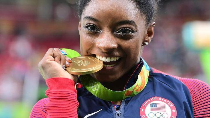 Olimpíadas Rio 2016: Biles quase cai, mas fica com bronze em decisão polêmica