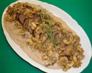 Receita de Filé mignon com molho de cogumelos e purê de castanhas. Enviada por Tudo Gostoso e demora apenas 125 minutos.
