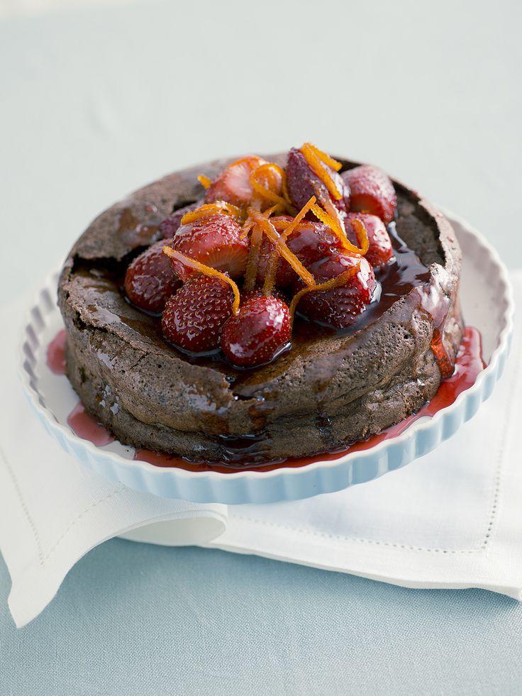 Benvenuto nella pagina di Sale&Pepe con le 10 migliori ricette di torte al cioccolato. Scopri quale preparare tra queste golosissime proposte!