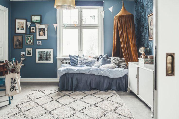 Kids room vintage blue wallpaper Sänghimmel kelim