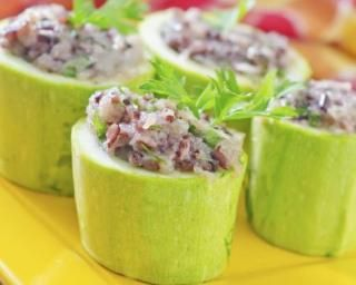 Concombre farci au quinoa et thon : http://www.fourchette-et-bikini.fr/recettes/recettes-minceur/concombre-farci-au-quinoa-et-thon.html
