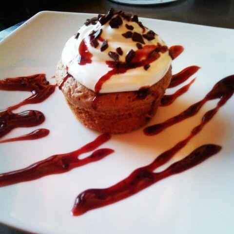 Cuore caldo al cioccolato con meringa italiana e gocce di cioccolato guarnito con glassa ai frutti di bosco. Per un dessert domenicale da non dimenticare. #dessert #cake #chocolato #sweet #sweetnes #love #decoration #photooftheday