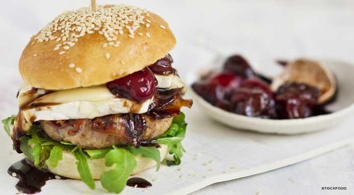 Burger con brie, pancetta e salsa all'amarena