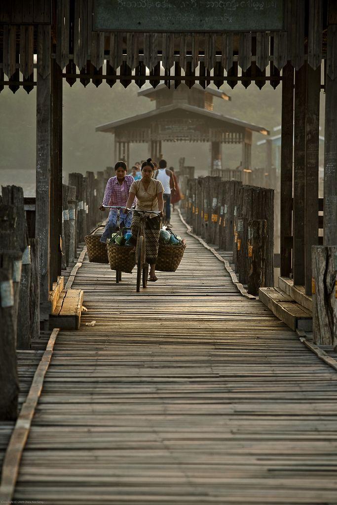 Bridge Crossing in Amarapura, Myanmar- mon rêve de voyage, la Birmanie #powerpatate #voyage