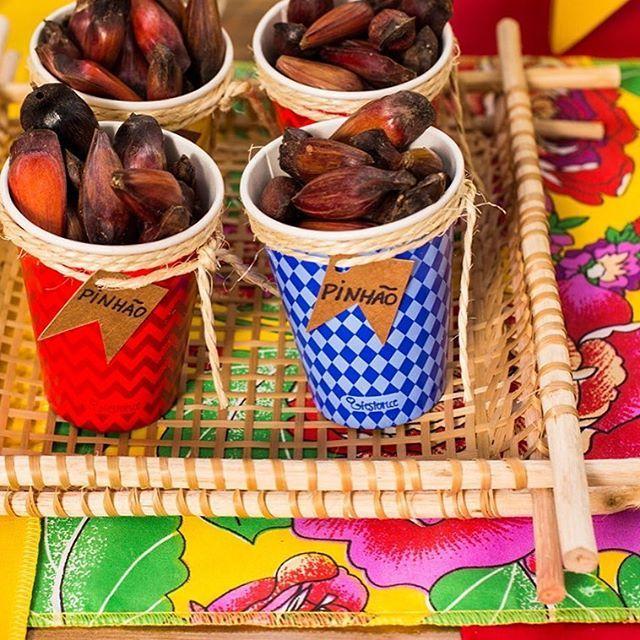 Nossos copinhos lindos e 100% biodegradáveis já estão fantasiados para Festa Junina! Quer fazer também? Usamos cordinha, papel cartão e copos da Festeirice, à venda em nossa loja virtual! ;-) #festeirice #festajunina #pinhao #saojoao #decoracaofestajunina #comidadefestajunina #produtosparafesta #copo #passadeira