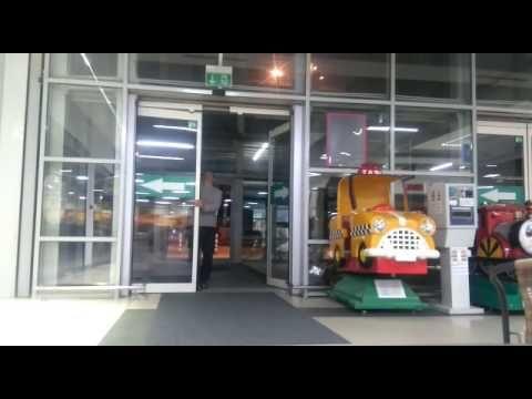 Siguranță. Primul lucru pe care ni-l dorim atunci când mergem în locuri aglomerate. La acest lucru s-a gândit și Auchan atunci când a ales ușile automate de acces în magazin (cu sistem break-out) pentru o serie de hypermarket-uri. În video se poate observa cât de ușor este să-ți păstrezi calmul când ușile automate sunt de cea mai bună calitate.