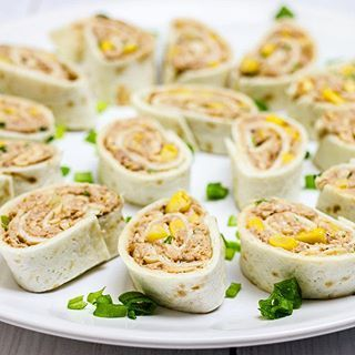 Roladki z tortilli z tuńczykiem to doskonała przekąska na imprezę lub kolacje #tortilla #tuńczyk #przekąska #tapas #food #foodporn #fooding #foodphotography #foodlover #mgotuje #polishblogger #blogger #blogkulinarny #yummy #jedzenie #fish #instafood #foodinstagram #ommnomnom #yummy #foodphotos #mniam #placki #dinner #kitchen #wrapy #przepis #pyszne #roladki #obiad #tuna