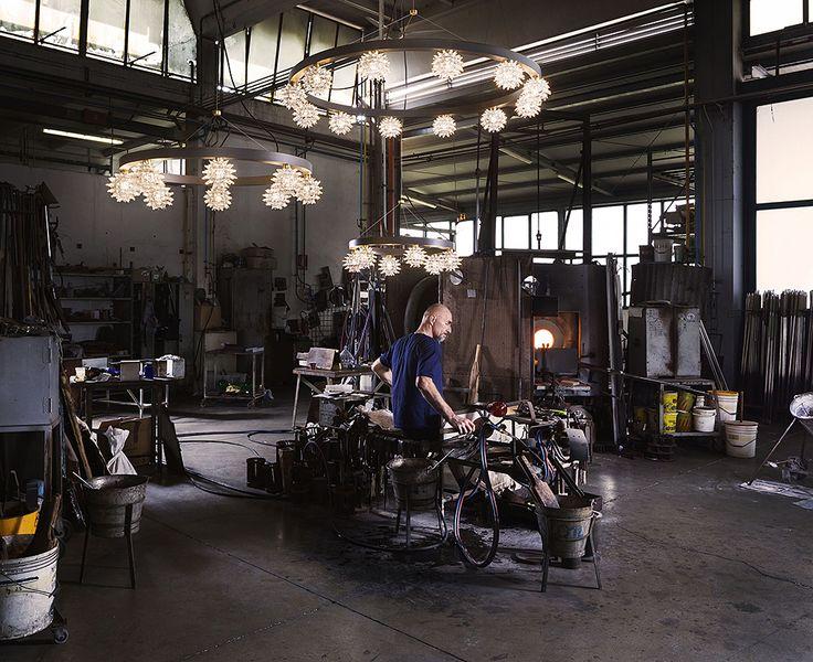 Светильник Sforzinda от Arte Veneziana – это дань геометрии утопического города, созданного итальянским архитектором Антонио Филарете. Sforzinda представляет собой каскадную люстру из двух уровней по 12 и 8 светильников соответственно. Они напоминают драгоценные бусы из муранского стекла, расположенные на круговой структуре из состаренной латуни. #свет #светильник #люстра #световой_дизайн #дизайн_светильников #дизайн_света #муранское_стекло #ArteVeneziana #Salone_del_Mobile_2017…