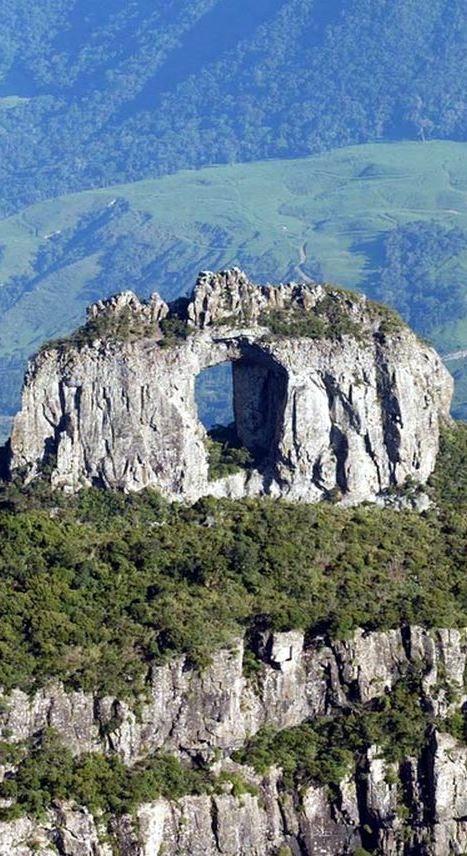 PEDRA FURADA - Localização: Morro da Igreja – Aparados da Serra Geral - Santa Catarina - Brasil