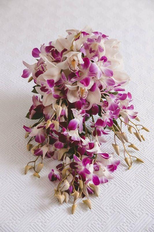 Ramo cascada de orquideas blancas con puntas moradas