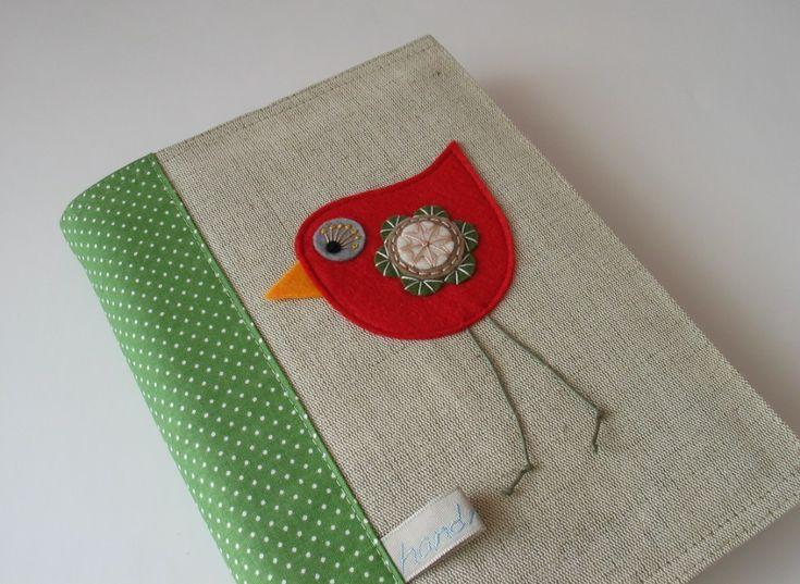 ptáček knižní- obal na knihu Pro ty, které kniha doprovází nejen doma, ale i na cestách... Obal knihu chrání před poškozením a zároveň jí propůjčuje originální vzhled. Ideální pro blížící sezimní lenošení s knížkou.... Textilní obal je ušitý z pevného lněného plátna (100% len), zdobený plstěnou, ručně vyšívanou aplikacíptáčka, bavlněnou látkou a ...