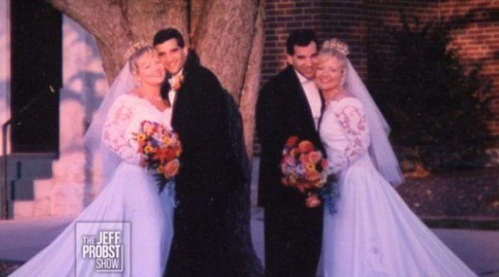 #интересное  Дети абсолютно идентичных близнецов (4 фото)   В 1998 году братья-близнецы Крейг и Марк Сандерсы познакомились в баре с сестрами-близняшками Дианой и Дарлин Неттемейер. Они начали встречаться, а спустя некоторое время сыграли свадьбу в один и тот же де