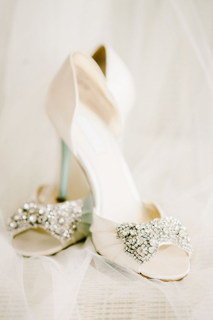 Glamorous as all get out and filled with thoughtful details, it goes without saying that you are going to fall head over heels in love with every gorgeous image of this fab fête snapped up byTerri Baskin Photography. It's a library wedding like you've never seen before, and you can see it all here. FromTerri…