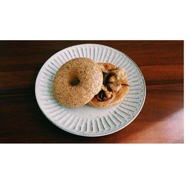 玉ねぎこげた  セサミベーグルに鶏肉をサンド 大阪でベーグル買ってきて あと4個冷凍してる😆👌 ネイビーベーグルも行ってみたいな〜✨ #昼ご飯#ランチ #ベーグル#ベーグルサンド #パン#おうちごはん#ワンプレート #鶏肉サンド#セサミベーグル