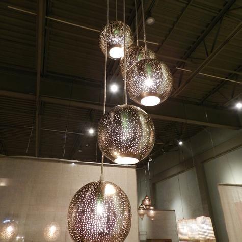 Lampe suspendue en métal percé avec 5 cordes