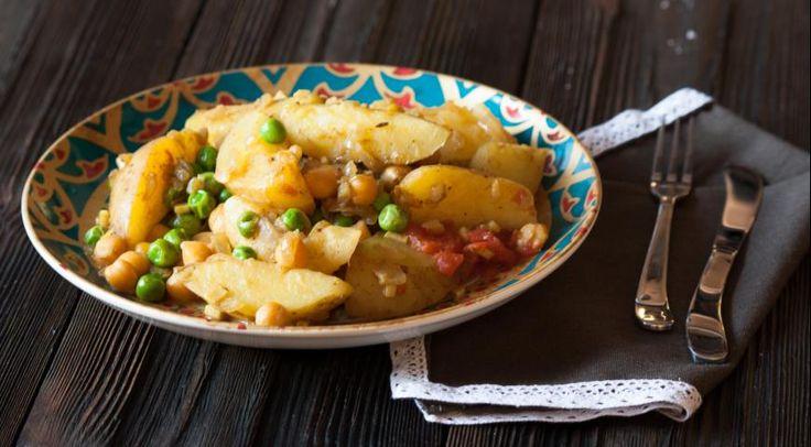 Картофель с карри, нутом и горошком