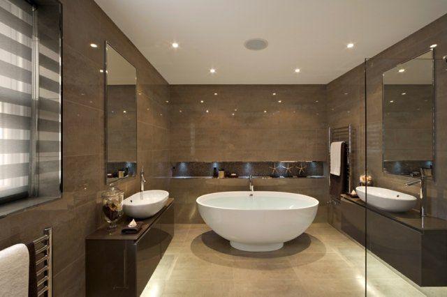 carrelage mural marron et un sanitaire blanc dans la salle de bains