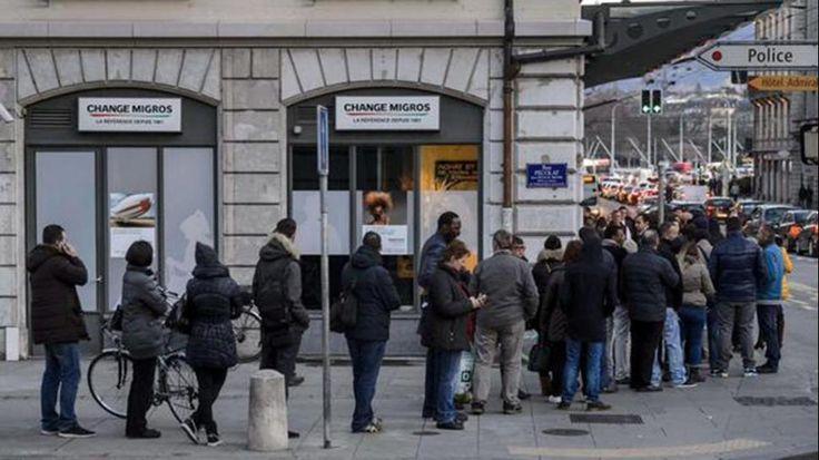 Suizos hacen cola en los bancos para vender sus euros:  El tipo de cambio del franco suizo saltó por encima del 30% de su paridad con el euro. Los mercados de valores se desplomaron de inmediato, los especuladores con divisas perdieron miles de millones en minutos, los cajeros automáticos dejaron de proporcionar euros. El presidente del consejo del SNB, Thomas Jordan, declaró en una rueda de prensa: Los motivos de la decisión adoptada no eran nacionales, sino internacionales. #TheFall
