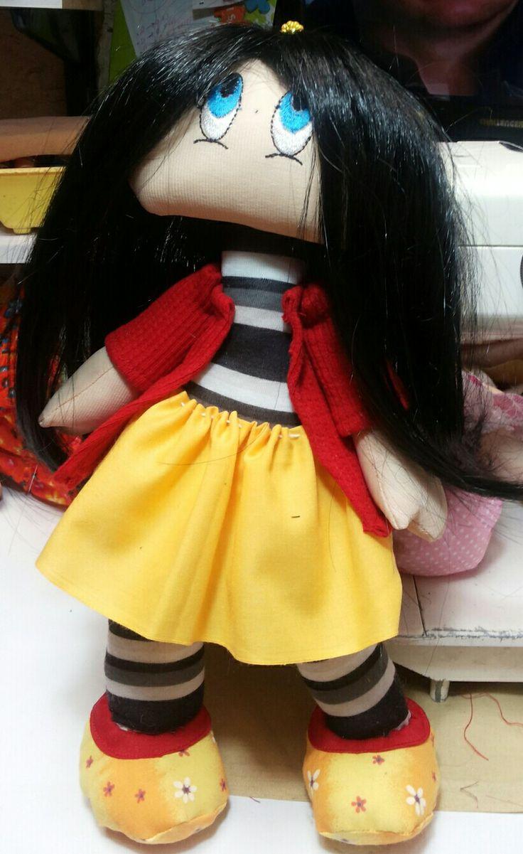 Esta muñequita fue un  regalo para una señora, cuando la vio lloro porque le recordó a la  muñeca de su infancia.