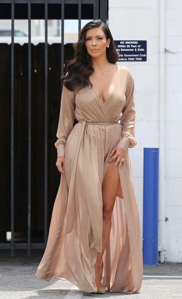 Kim Kardashian usa look decotado e chama atenção por 'farol aceso'
