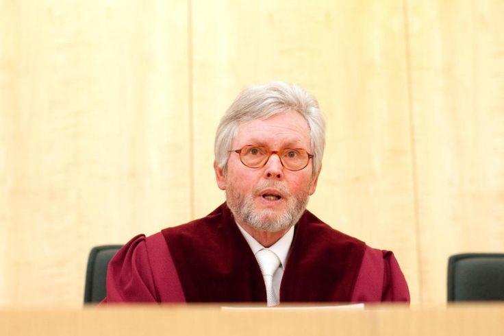 """Ex-Verfassungsrichter Bertrams übt scharfe Kritik am Vorgehen von Kanzlerin Merkel in der Flüchtlingspolitik. Er vermutet einen Verfassungsbruch und spricht von """"selbstherrlicher Kanzler-Demokratie""""."""