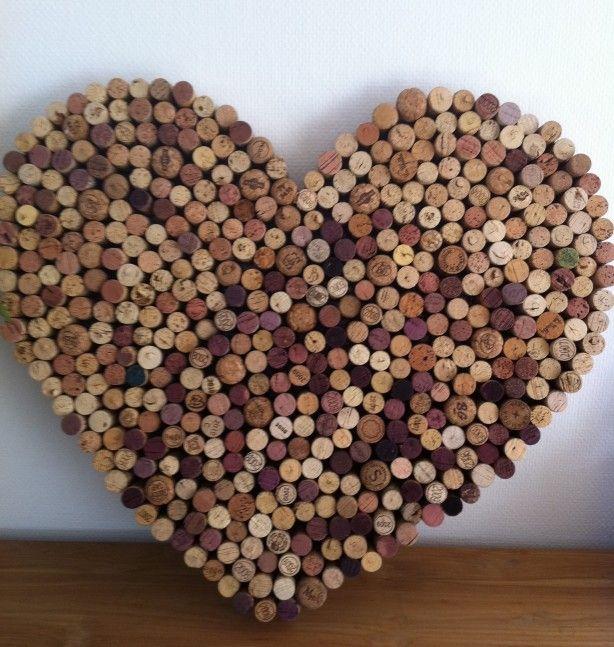 Een kurken hart, gemaakt op hard karton met lijmpistool de kurken onderaan en aan de zijkanten vastplakken en je hebt een leuk prikbord!!!