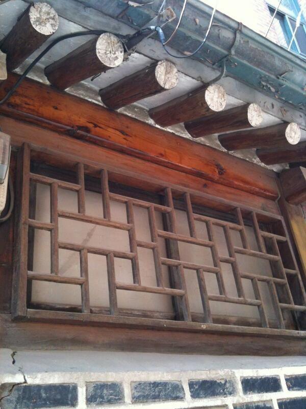 Pieh Hyunjin @bomnoru / 누상동 한옥의 나무 방범창. 빌라 골목에 숨어있는 낡은 한옥, 그 한옥에 이런 디테일. 이게 서촌의 매력이죠. / 서울 종로 누상 / #골목 #문 / 2013 03 16 /