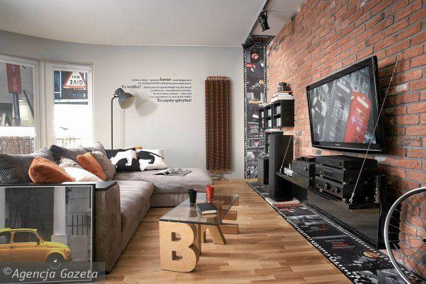 Desingerskie meble w salonie ze ścianą z czerwonej cegły