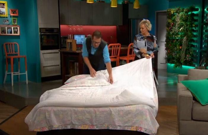Je bed verschonen een helse klus? Na het zien van deze truc niet meer! Binnen no time (lees: nog geen anderhalve minuut) heb je zo je bed verschoond met deze superhandige lifehack. Graag gedaan!