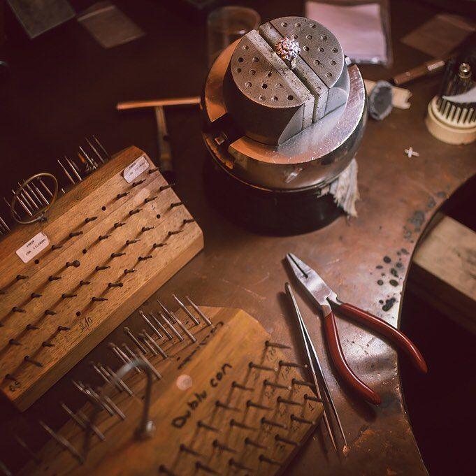 """""""Fabricat în România"""" înseamnă de fapt susținerea pe care o acordăm priceperii și talentului meșteșugarilor români, înseamnă că îți pasă de soarta artei românești, a economiei românești, a viitorului României. Iată secvență din manufactura Sabion, un loc dedicat artei bijuteriei românești. #bijuteria #sabion #romania #handmade #manufacturing #jewelry #jeweler #fabricatinromania #live #love #life #cluj #bucuresti #jewels #jewellery #instalike #instajewelry #instagood"""
