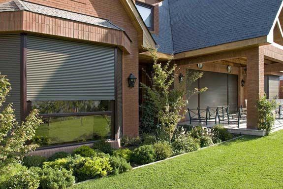 Aislante térmico y acústico. Aumenta la seguridad. Persianas Exteriores P72 Luxaflex® HunterDouglas.