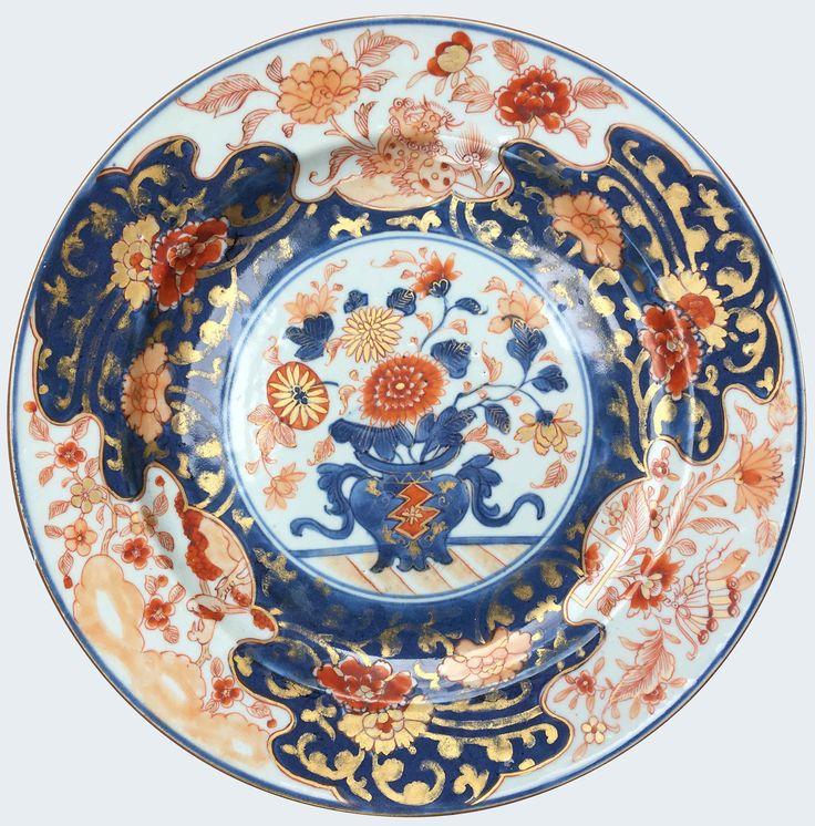 Ensemble de trois assiettes à décor imari en porcelaine de Chine de la Compagnie des Indes d'époque Kangxi Peints dans la palette imari, à décor d'un panier fleuri et d'un quilin.